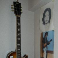 自宅に飾られている舩後靖彦さんのエレキギター。写真は高校時代の舩後さん。プロのギタリストになる夢を抱いていた=千葉県松戸市で2019年7月12日午後2時13分、山下貴史撮影
