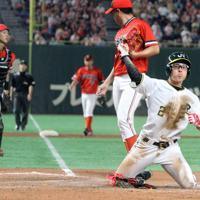 【仙台市(JR東日本東北)-川崎市(東芝)】五回表仙台市2死三塁、暴投の間に三塁走者夷塚が本塁ヘッドスライディングで生還してガッツポーズ。奥右は投手宮川、左は捕手中村=東京ドームで2019年7月21日、山本晋撮影