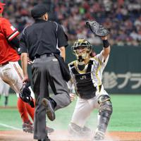 【仙台市(JR東日本東北)-川崎市(東芝)】六回裏川崎市2死二塁、石川の右前打で二塁走者金子(左)が本塁を狙うがタッチアウト。捕手薗部=東京ドームで2019年7月21日、山本晋撮影
