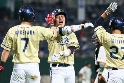 【大阪市(NTT西日本)-東京都(JR東日本)】一回表大阪市2死二、三塁、中村(中央)が3点本塁打を放ち笑顔でホームイン=東京ドームで2019年7月21日、吉田航太撮影