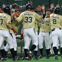 【大阪市(NTT西日本)-東京都(JR東日本)】一回表大阪市2死二、三塁から3点本塁打を放った中村(手前右)らを迎える大阪市ベンチ=東京ドームで2019年7月21日、吉田航太撮影