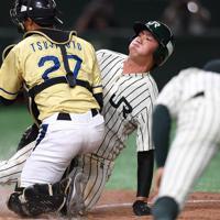 【大阪市(NTT西日本)-東京都(JR東日本)】四回裏東京都2死二塁、近森の安打で丸子が本塁を突くもアウト(捕手・辻本)=東京ドームで2019年7月21日、久保玲撮影