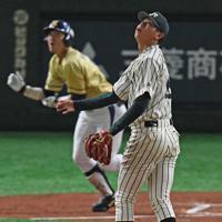 【大阪市(NTT西日本)-東京都(JR東日本)】一回表大阪市2死二、三塁、中村に右越え3ランを打たれ打球の行方を見つめる東京都の先発・太田(手前)=東京ドームで2019年7月21日、矢頭智剛撮影