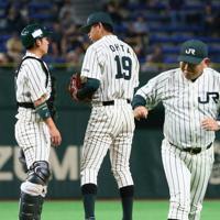【大阪市(NTT西日本)-東京都(JR東日本)】一回表、2点を先制されて東京都の堀井監督(右)、捕手渡辺と打ち合わせて次の投球に臨む先発の太田=東京ドームで2019年7月21日、吉田航太撮影