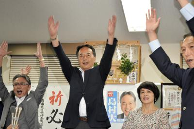 当選確実の報を受け、万歳する島村氏(中央)=横浜市中区で21日午後8時11分