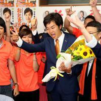 当選が確実となり支援者と喜ぶ音喜多駿氏(中央)=東京都港区で2019年7月22日午前1時1分、尾籠章裕撮影