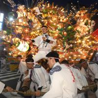 電飾をともして競演する黒崎祇園の山笠=北九州市八幡西区で2019年7月19日午後7時49分、津村豊和撮影