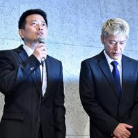 記者会見で謝罪する宮迫博之さん(左)と田村亮さん=東京都港区で2019年7月20日午後5時32分、竹内紀臣撮影