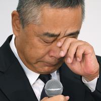闇営業問題で宮迫博之さん、田村亮さんが記者会見したことを受け、記者会見に臨み涙を拭う吉本興業の岡本昭彦社長=東京都新宿区で2019年7月22日午後2時42分、手塚耕一郎撮影