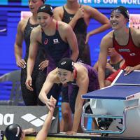 女子400メートルリレーで、全体5位で決勝進出を決めて東京五輪の出場枠を獲得して喜ぶ大本里佳(右)、青木智美(中央)、佐藤綾(中央左)、白井璃緒(左下)=韓国・光州で2019年7月21日、宮武祐希撮影