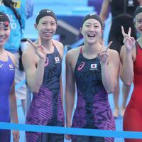 女子400メートルリレーで、全体5位で決勝進出を決めて東京五輪の出場枠を獲得して喜ぶ(右から)大本里佳、青木智美、佐藤綾、白井璃緒=韓国・光州で2019年7月21日、宮武祐希撮影