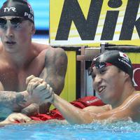男子100メートル平泳ぎ準決勝、全体4位で決勝に進出しアダム・ピーティと笑顔を見せる小関也朱篤=韓国・光州で2019年7月21日、宮武祐希撮影