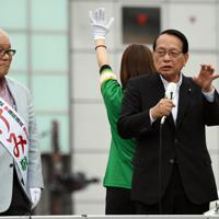 武見敬三候補の応援演説に駆けつけた平沢勝栄衆院議員(右)=東京都葛飾区で2019年7月11日、宮本明登撮影