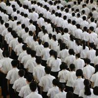 追悼集会で黙とうをささげる生徒たち=長崎県佐世保市で2019年7月22日午前9時1分、綿貫洋撮影