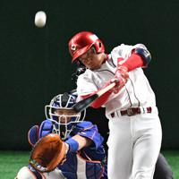 【大阪市(日本生命)-東京都(NTT東日本)】一回表大阪市2死一塁、越智が先制の中越え適時二塁打を放つ=東京ドームで2019年7月22日、丸山博撮影
