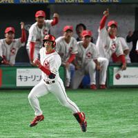 【大阪市(日本生命)-東京都(NTT東日本)】一回表大阪市2死一塁、先制の中越え適時二塁打を放って打球を見つめる越智(手前)。奥は盛り上がる大阪市ベンチ=東京ドームで2019年7月22日、丸山博撮影