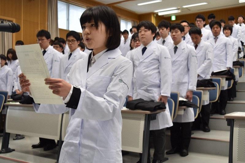 実習を前に新しい白衣を着た医学生たち=新潟市中央区の新潟大で2016年4月