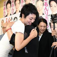 当選確実となり、支持者と抱き合う河井案里氏(左)=広島市中区で2019年7月21日午後11時53分、山崎一輝撮影