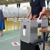 参院選で一票を投じる有権者=大津市尾花川の市立皇子山中で、礒野健一撮影