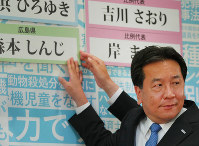 Yukio Edano, leader of the opposition Constitutional Democratic Party of Japan, puts up a nameplate of a candidate who won the July 21 House of Councillors election in Tokyo's Minato Ward on July 21, 2019. (Mainichi)