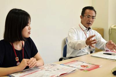 いちごの魅力について熱心に語る、真岡市いちごサミット推進室の仁平さん(右)と井沢さん=同市役所で