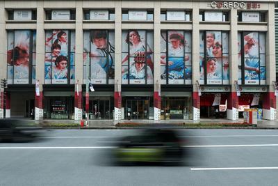 東京五輪開幕まで1年を前に、アスリートのグラフィックで埋められた「コレド室町」のビルの壁面=東京都中央区で2019年7月23日午前9時10分、小川昌宏撮影