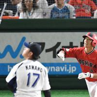 【川崎市(東芝)-福山市・倉敷市(JFE西日本)】二回表川崎市1死、石川が2者連続本塁打を右越えに打ち、高々とバットを放り投げる。手前は見送る投手・河野=東京ドームで2019年7月23日、丸山博撮影