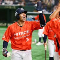 【大阪市(NTT西日本)-日立市(日立製作所)】二回裏日立市無死、大塚が3試合連続となるソロ本塁打を放ちベンチに迎えられる=東京ドームで2019年7月23日、吉田航太撮影