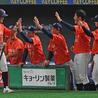 【大阪市(NTT西日本)-日立市(日立製作所)】一回裏日立市2死三塁、田中の左前適時打で三塁走者・野中(左)が生還し先制、ベンチで迎えられる=東京ドームで2019年7月23日、矢頭智剛撮影
