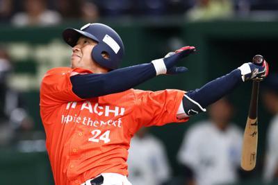 【大阪市(NTT西日本)-日立市(日立製作所)】二回裏日立市無死、大塚が3試合連続となる左越えソロ本塁打を放つ=東京ドームで2019年7月23日、吉田航太撮影