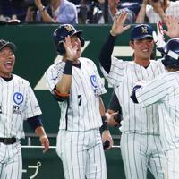 【大阪市(NTT西日本)-日立市(日立製作所)】五回表大阪市1死一塁、日下部(右)が同点となる2点本塁打を放ちベンチに迎えられる=東京ドームで2019年7月23日、吉田航太撮影