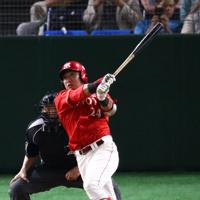 【大阪市(日本生命)-豊田市(トヨタ自動車)】八回裏豊田市1死二塁、沓掛が勝ち越しとなる適時三塁打を放つ=東京ドームで2019年7月23日、吉田航太撮影