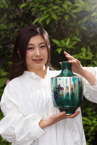 「この濃いグリーンの花瓶は、大学時代に作った初めての本格的な作品です」 撮影=中村琢磨