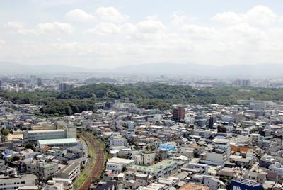 堺市役所展望ロビーから望む大山古墳(仁徳天皇陵)。前方後円墳と言われれば、そうも見えるが=2007年9月7日、伊藤和史撮影