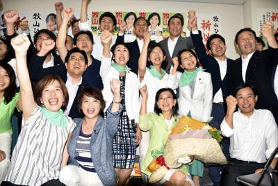 牧山弘恵氏(前列右から2人目)が3選を決め、喜びを爆発させる立憲民主党関係者ら=横浜市中区で