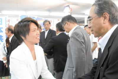 敗戦が決まった後、社民県連の山田厚代表と握手する市来氏(左)=甲府市で