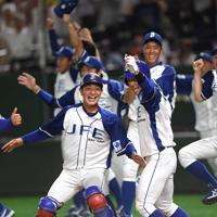 【川崎市(東芝)―千葉市(JFE東日本)】延長でのサヨナラ勝ちを喜ぶ千葉市の選手たち=東京ドームで2019年7月24日、久保玲撮影