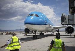 環境への影響を考慮して鉄道の利用を促す異例のキャンペーンを始めたKLMオランダ航空の旅客機=AP