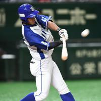 【川崎市(東芝)-千葉市(JFE東日本)】三回裏千葉市2死一塁、今川が先制の2点本塁打を右越えに放つ=東京ドームで2019年7月24日、丸山博撮影