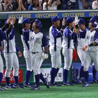 【川崎市(東芝)-千葉市(JFE東日本)】三回裏千葉市2死一塁、先制2点本塁打を放ち生還した今川(手前左)と一塁走者中沢を迎える千葉市ベンチ=東京ドームで2019年7月24日、吉田航太撮影