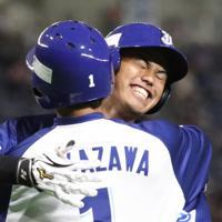 【川崎市(東芝)-千葉市(JFE東日本)】三回裏千葉市2死一塁、今川が先制2点本塁打を放ち、生還後に一塁走者中沢(手前)と抱き合って喜ぶ=東京ドームで2019年7月24日、山本晋撮影