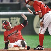 【川崎市(東芝)-千葉市(JFE東日本)】五回表川崎市1死一、三塁、投手強襲の適時内野安打で一塁にヘッドスライディングして同点を喜ぶ金子(左)=東京ドームで2019年7月24日、久保玲撮影