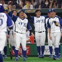 【川崎市(東芝)-千葉市(JFE東日本)】七回裏千葉市無死、右越え本塁打を打った内藤(左手前)を笑顔で迎える千葉市の選手たち=東京ドームで2019年7月24日、久保玲撮影