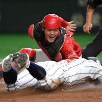 【日立市(日立製作所)-豊田市(トヨタ自動車)】四回表日立市2死一塁、中園の二塁打で一塁走者の大塚が本塁を突くもアウト(捕手・小畑)=東京ドームで2019年7月24日、久保玲撮影