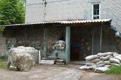 かつて保育園だったウクライナ軍が駐屯する施設。今は、防備が固められていた=ウクライナ東部ドネツク州マイオルスク村で2019年7月12日、大前仁撮影