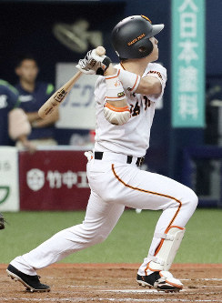 Pinch hitter Shinnosuke Shigenobu lofts a fly ball to the wall that falls for a game-winning double, lifting the Yomiuri Giants to a 6-5 walk-off win over the Yakult Swallows on July 23, 2019. (Kyodo)