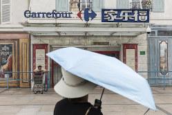 中国撤退を決めた仏スーパーのカルフール。日本の高島屋など外資流通産業の撤退が続く(Bloomberg)