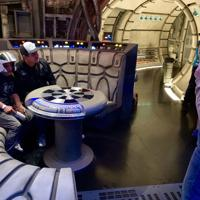 ミレニアム・ファルコンを操縦するアトラクション「スマグラーズ・ラン」の内部。映画のセットに入り込んだようだ=2019年6月5日、福永方人撮影