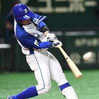 【豊田市(トヨタ自動車)-千葉市(JFE東日本)】二回裏千葉市2死一塁、長谷川が逆転の2点本塁打を放つ=東京ドームで2019年7月25日、丸山博撮影
