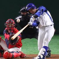 【豊田市(トヨタ自動車)-千葉市(JFE東日本)】二回裏千葉市2死一塁、長谷川が逆転となる2点本塁打を放つ=東京ドームで2019年7月25日、吉田航太撮影